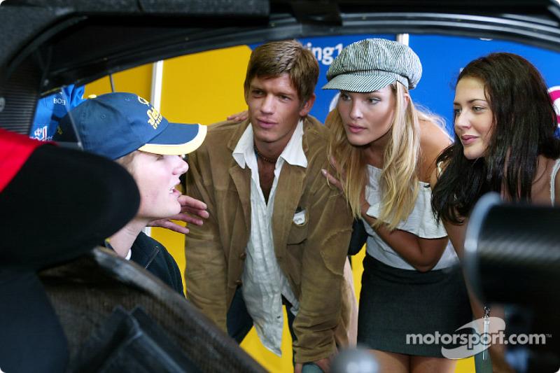 Martin Tomczyk mostrándole su Abt-Audi TT-R a los actores de una telenovela alemana