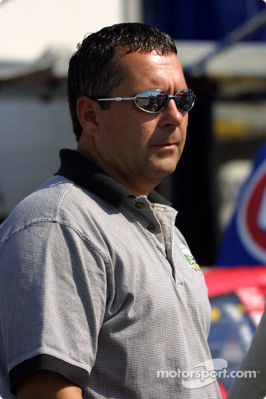 Kevin Lepage viendo la acción de la Winston Cup