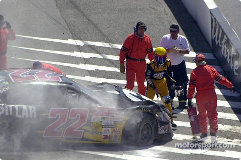 Ward Burton sale del auto a salvo