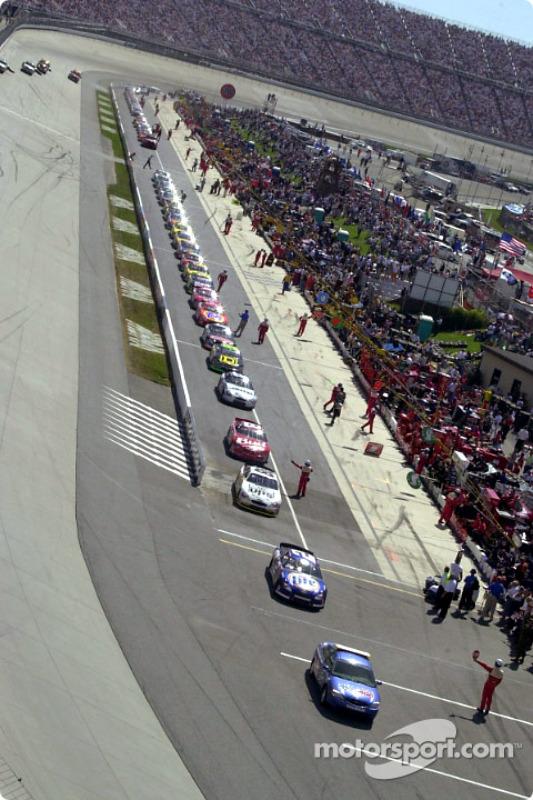 Los autos saliendo rumbo a la pista