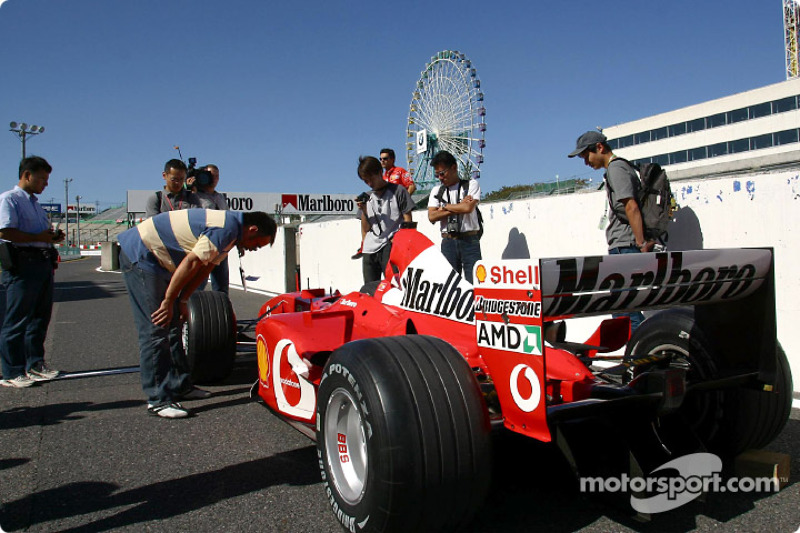 Las gradas de Ferrari en la zona de pits