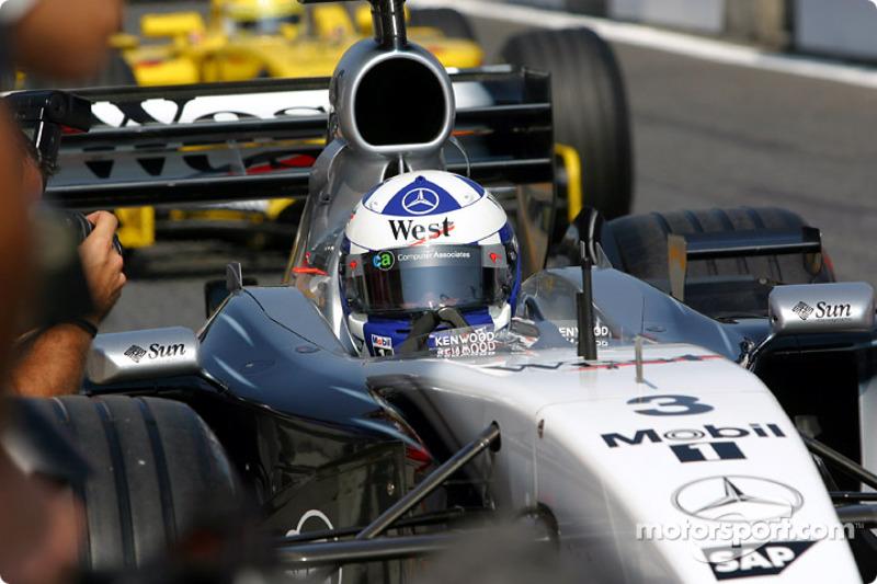 David Coulthard rumbo a la parrilla de salida