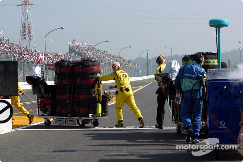 Team members head for starting grid