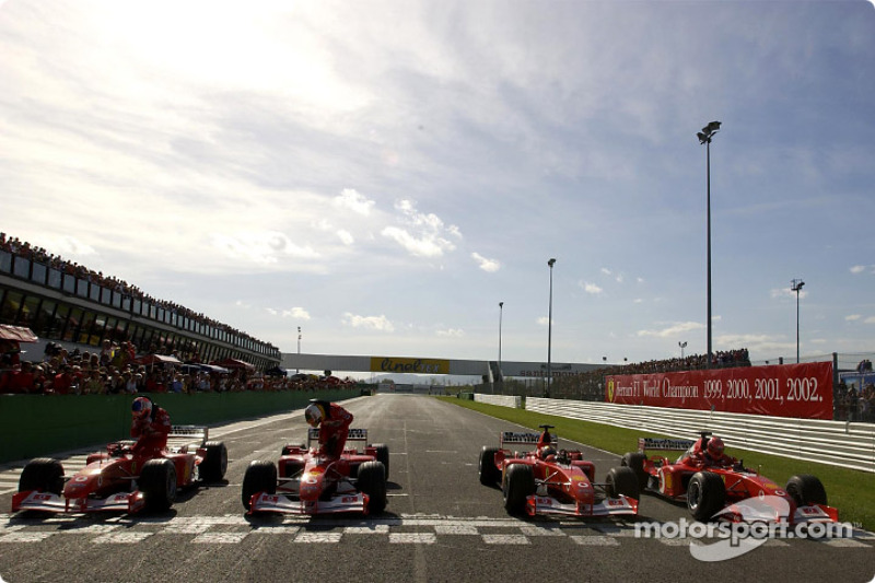 Cuatro Ferrari F2002 en la pista: Rubens Barrichello, Luca Badoer, Luciano Burti y Michael Schumacher