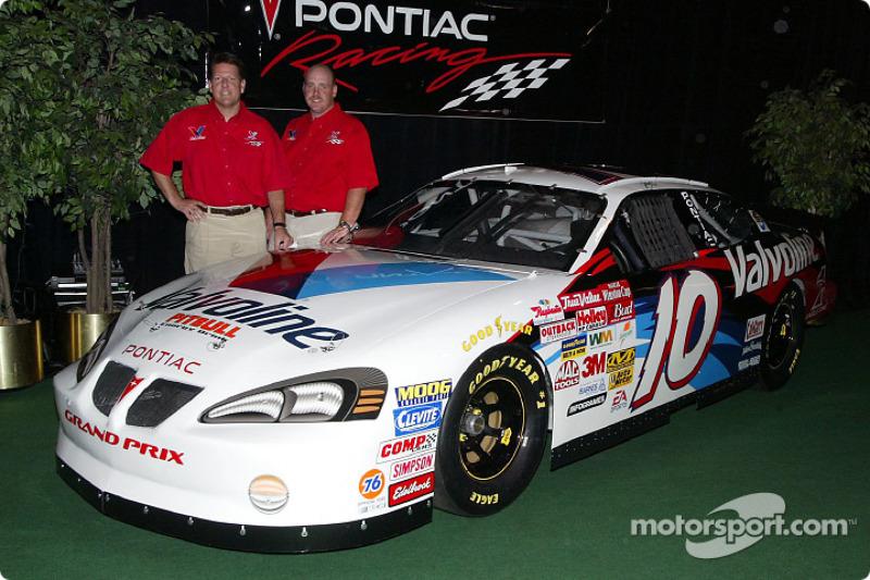 Johnny Benson y James Ince presentan el Pontiac Grand Prix 2003