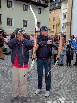 Los pilotos de BMW, Ralf Schumacher y Juan Pablo Montoya intentan un poco de arquería