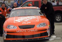 El campeón Tony Stewart presume su nuevo Chevy
