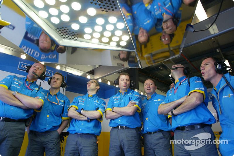 Renault F1 team members follow Fernando Alonso's run