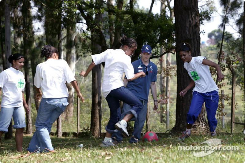 Team Sauber visits the children of the Casa de Menor: Nick Heidfeld