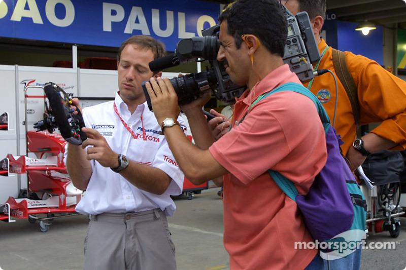 Cristiano da Matta explains the Toyota steering wheel on Brazilian TV
