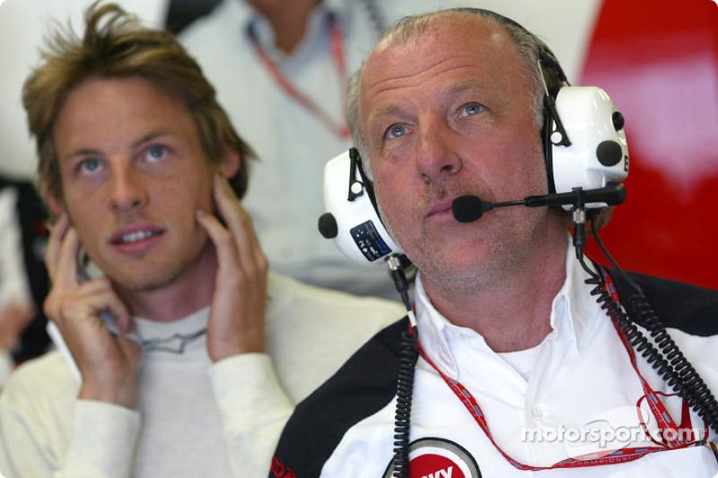 Jenson Button y David Richards ven la calificación