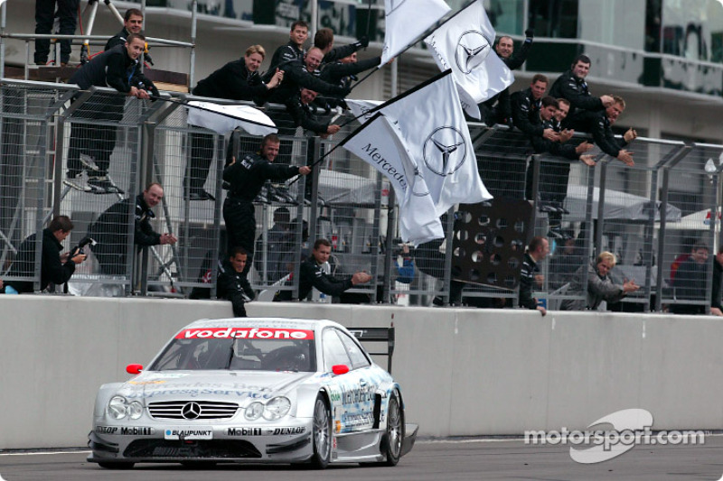 Christijan Albers takes checkered flag