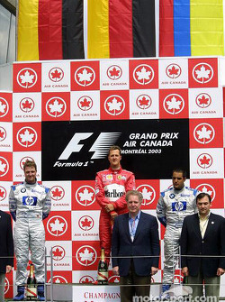 Podium: ganador de la carrera Michael Schumacher y el segundo lugar Ralf Schumacher y tercer lugar J
