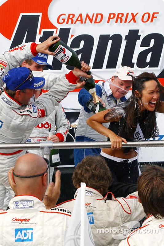 J.J. Lehto asperge Miss Chevy Grand Prix avec le champagne comme lui et son co-pilote Johnny Herbert célèbre leur victoire au général