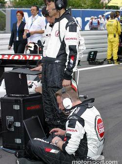 BAR-Honda miembros del equipo en la parrilla de salida