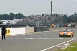 la Spyker C8 Double12R n°85 du Team Orange Spyker pilotée par Norman Simon, Hans Hugenholtz, Tom Coronel passe le drapeau à damiers