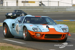 la Ford GT40 n°4 pilotée par Martin Colvill, Jackie Oliver