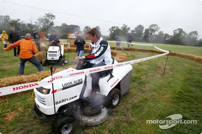 Cortacésped Honda y ATV challenge: Jenson Button