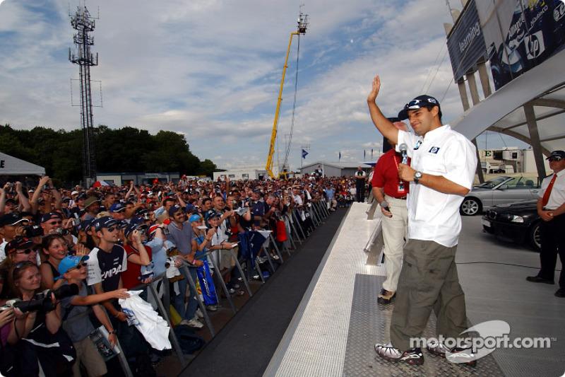 Juan Pablo Montoya cumple con sus fans