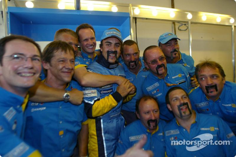 Fernando Alonso celebra ganar con los miembros del equipo Renault F1