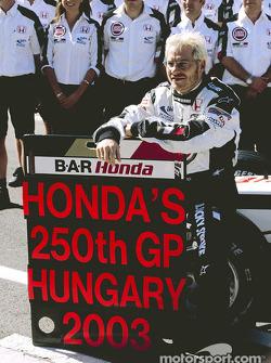 Jacques Villeneuve y miembros del equipo BAR Honda celebran la 250 Grand Prix de Honda