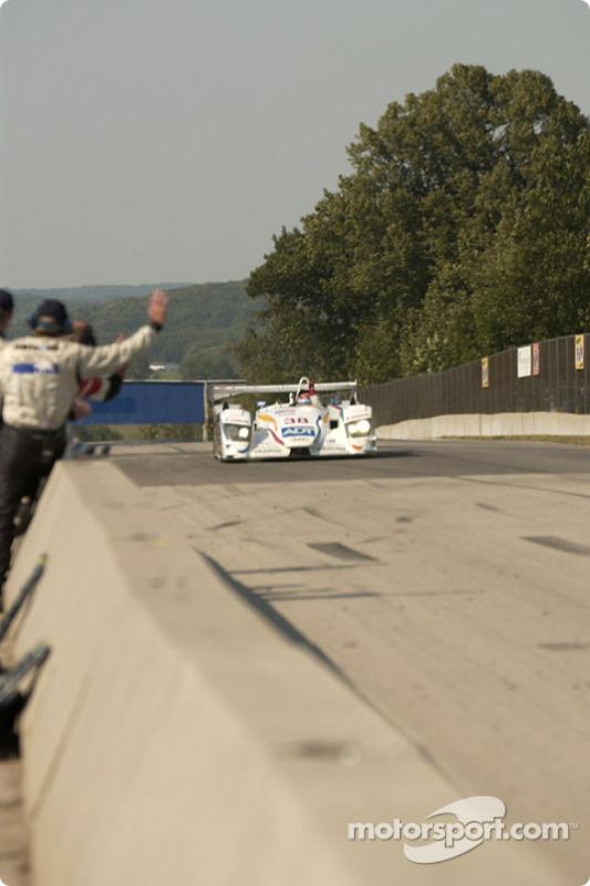 La #38 Champion Racing Audi R8 de J.J. Lehto et Johnny Herbert franchit le drapeau à damier