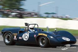 La #16 Lola T70 Mk IIIb de 1967, à l'origine pilotée par Mark Donohue, détenue par Steven Young