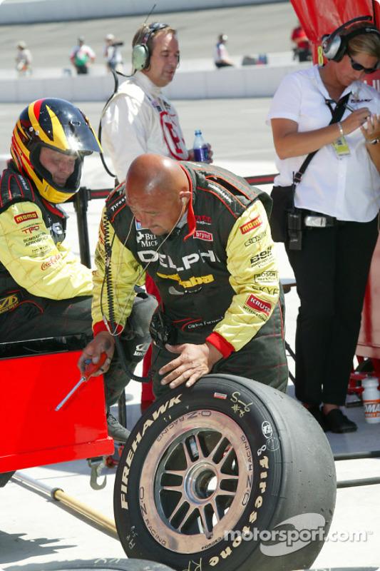 Un mécanicien du Kelley Racing vérifie les pneus