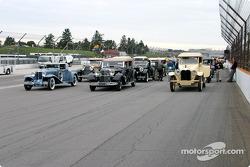 Coches antiguos para desfile de pilotos