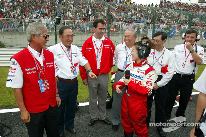 Akihiko Saito y Fujio Cho con otros miembros del equipo en la parrilla de salida