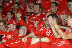Міхаель Шумахер та Рубенс Баррікелло святкують разом із членами команди Ferrari