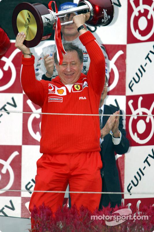Podio: Jean Todt recibe el trofeo de constructores