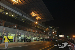 Pitlane ambiance: teams get ready to leave