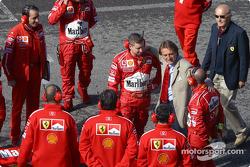 Luca di Montezemolo with the mechanics