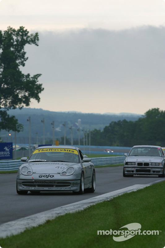 la Porsche 911 n°40 de l'équipe Planet Earth Motorsports pilotée par Joe Nonnamaker, Will Nonnamaker