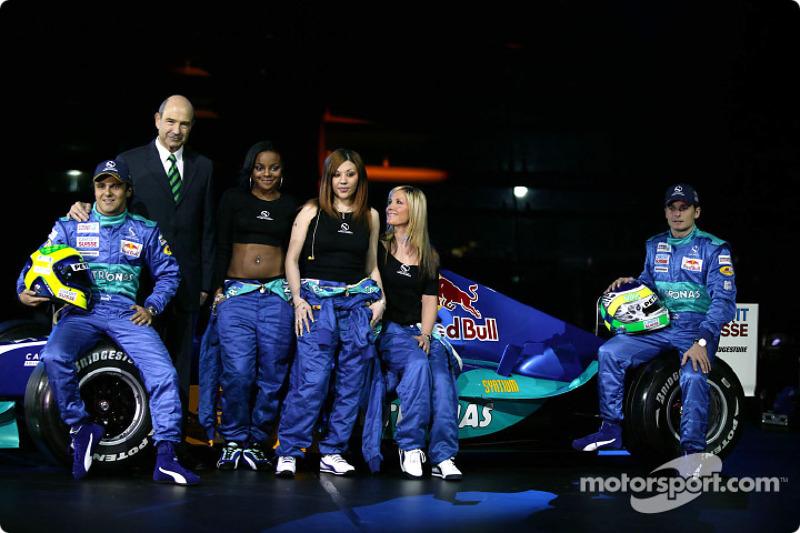 Феліпе Масса, Петер Заубер, гурт Sugababes і Джанкарло Фізікелла з новим Sauber Petronas C23