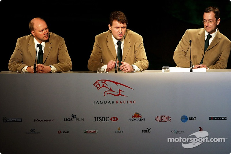 Direktör, mühendising for Jaguar Racing, Ian Pocock, Direktörü, Jaguar Racing, David Pitchforth ve CEO, Premier Performance Division Tony Purnell talk about their plans for 2004 F1 season