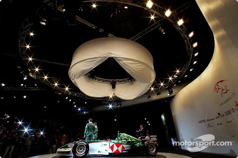 Mark Webber ve Christian Klien pose ve yeni Jaguar R5