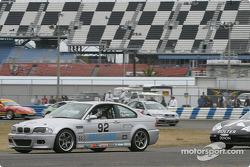 La BMW M3 n°92 du Anchor Racing (John Munson, James Sofronas, Scott Galaba) dépasse la Porsche 996 n°91 du Doncaster Racing (Kenny Wilden, Robert Julien) pour la tête de la course