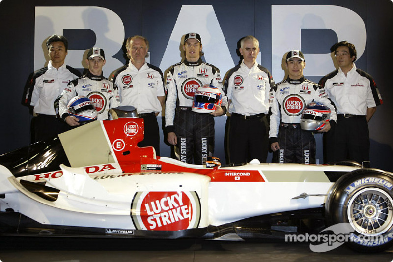 Ken Hashimoto, Anthony Davidson, David Richards, Jenson Button, Geoff Willis, Takuma Sato et Takeo Kiuchi avec la nouvelle BAR 006