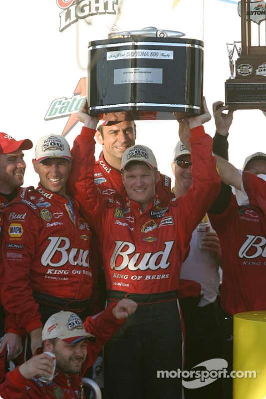 Dale Earnhardt Jr. prend le trophée Harley F. Earl, du vainqueur du Daytona 500