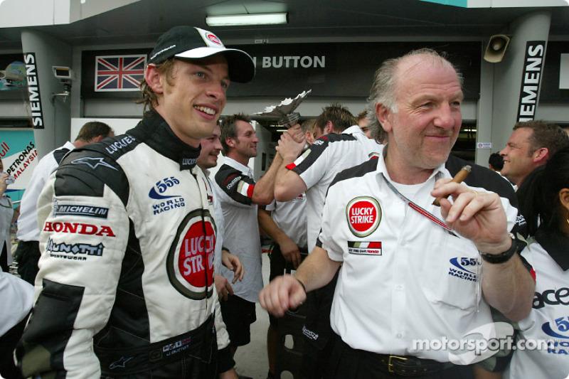Jenson Button celebra tercer lugar con David Richards