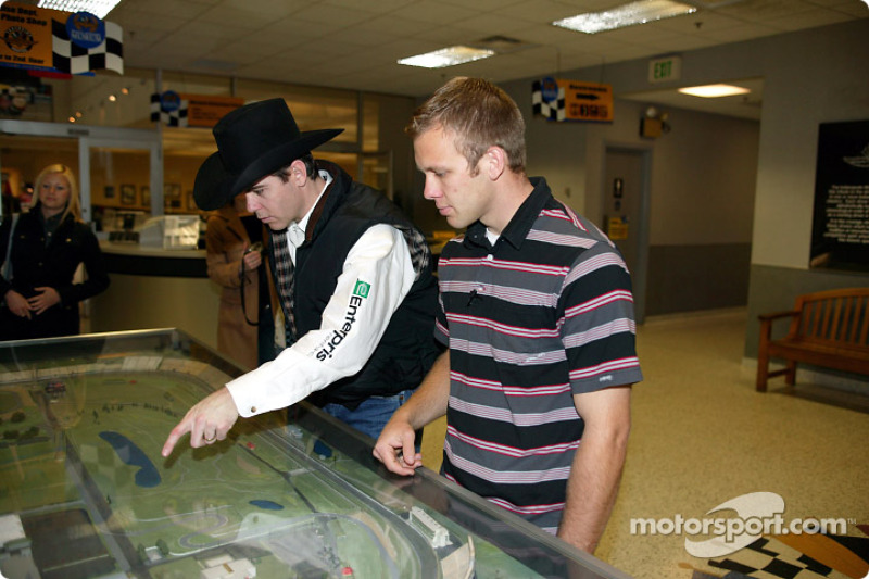 Michael Gaffney et Ed Carpenter regardent une maquette de l'Indianapolis Motor Speedway