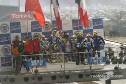 Sur le podium, Stéphane Chambon, Keiichi Kitagawa, Warwick Nowland, avec Sébastien Gimbert, William Costes, David Checa, et l'équipe de la Yamaha R1 n°38 d'Endurance Moto 38 (Gwen Giabbani, Stéphane Duterne, Jean-Michel Louis)