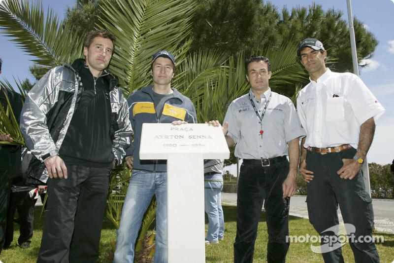 Bernd Schneider, Heinz-Harald Frentzen, Jean Alesi y Emanuele Pirro rinden homenaje a Ayrton Senna en la inauguración de la 'Ayrton Senna Square' en Estoril