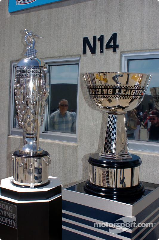 Le Borg-Warner Trophy et le trophée de champion de l'IRL