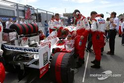 Miembros del equipo Toyota en la parrilla de salida