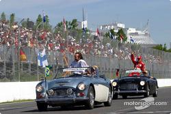 Cristiano da Matta y Michael Schumacher en el desfile de pilotos