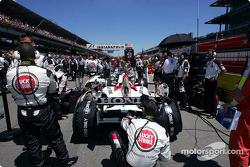 Miembros del equipo BAR Honda en la parrilla de salida