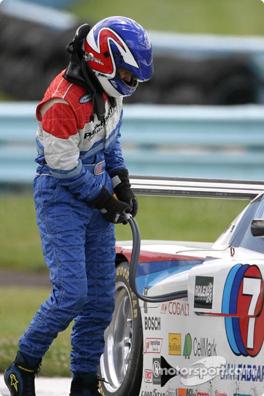 Shane Lewis sort de la voiture